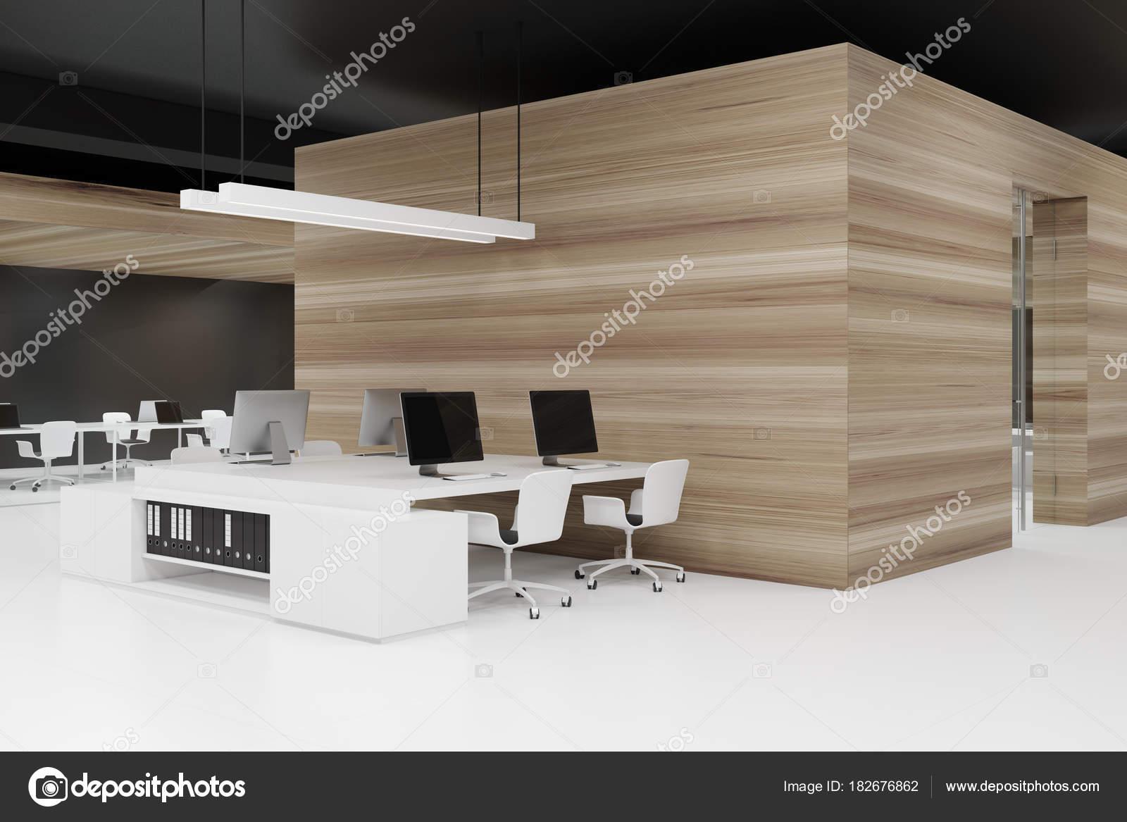 Coin de bureau en bois avec un plafond noir u2014 photographie