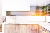 Fotografie Bílá kuchyň s dřevěné desky laděných