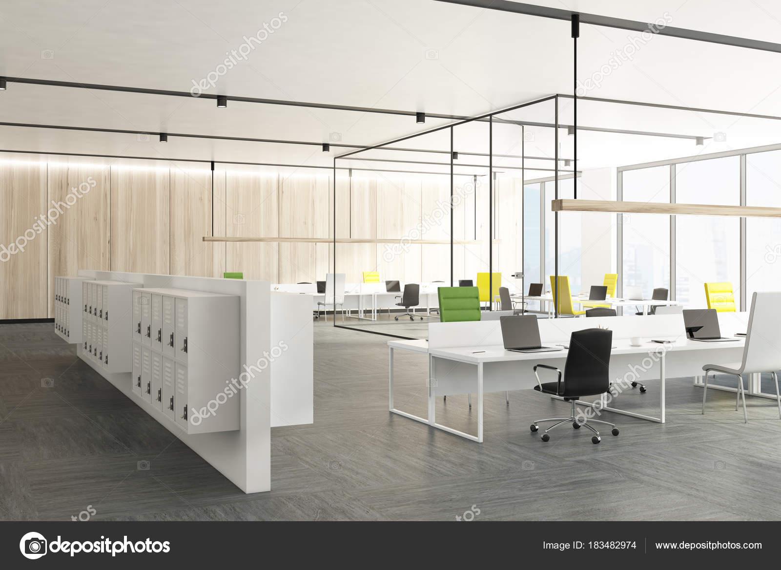 Hölzerne Büro mit Umkleide Schränke Seite — Stockfoto ...