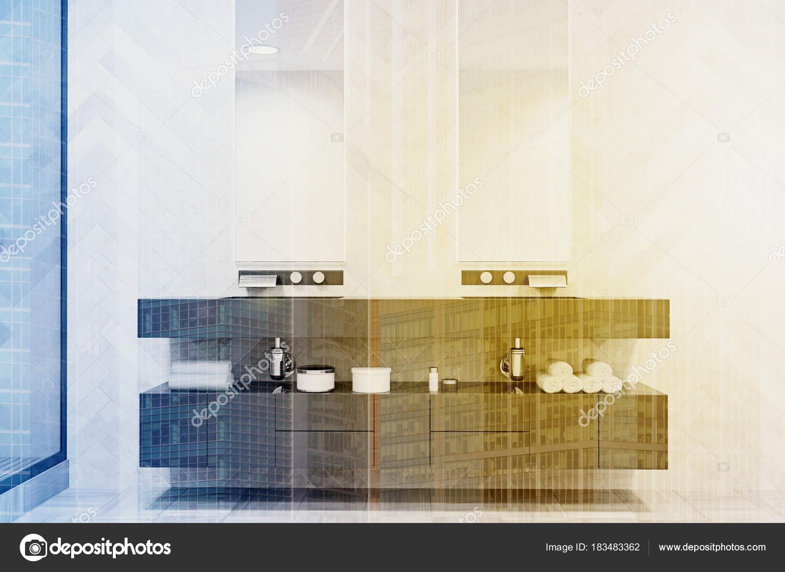 Grijze dubbele wastafel badkamer toned u stockfoto