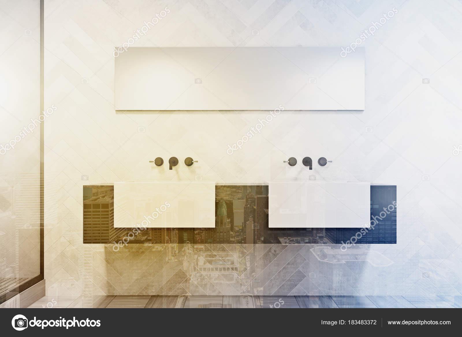 Grijs en wit dubbele wastafel badkamer toned — Stockfoto ...