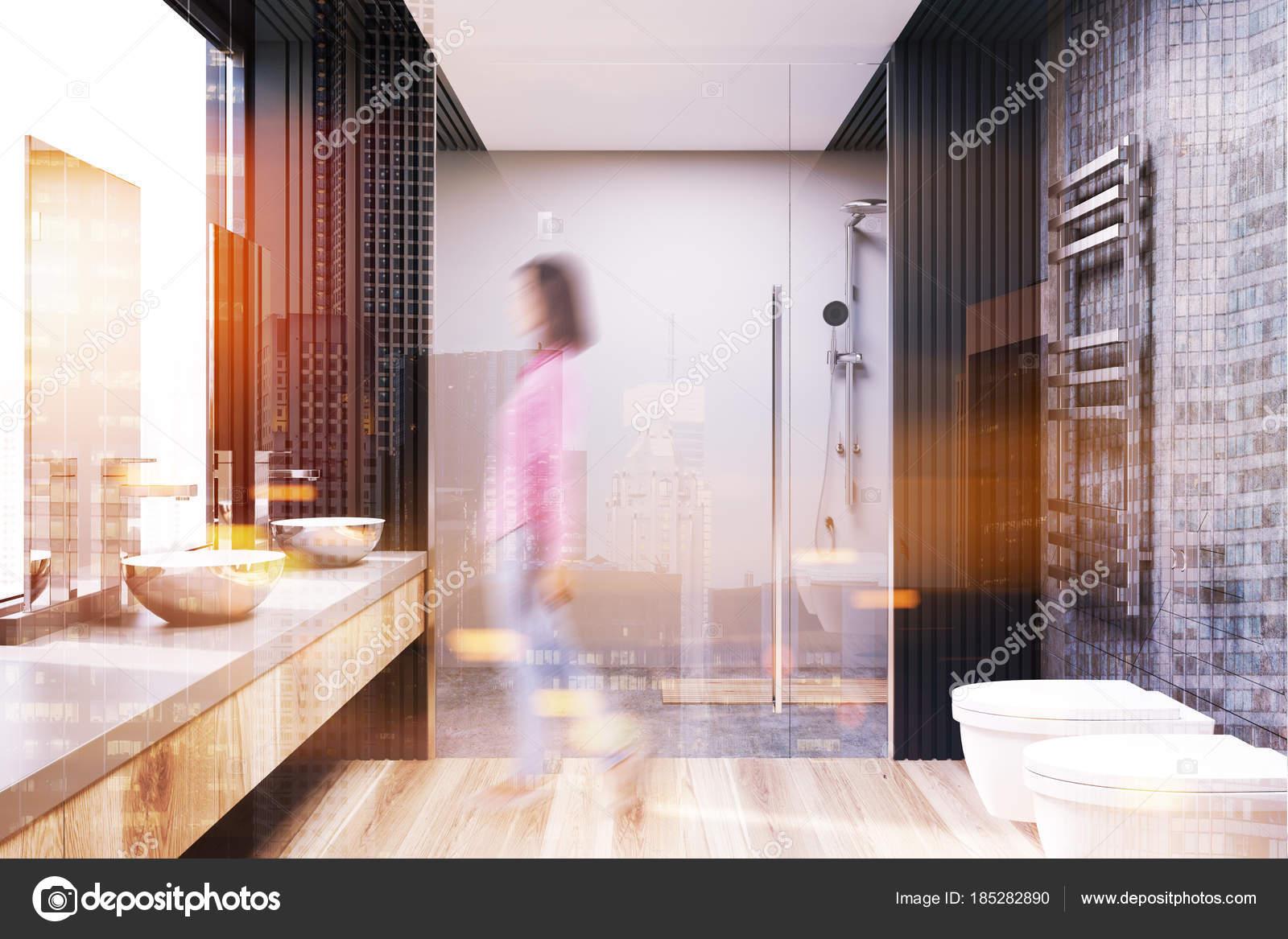 Grijze en concrete badkamer interieur een douche blur u stockfoto