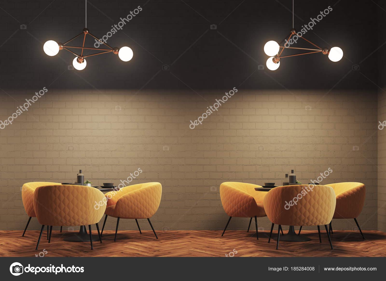 Grauen Ziegel moderne Café, gelbe Sessel — Stockfoto ...