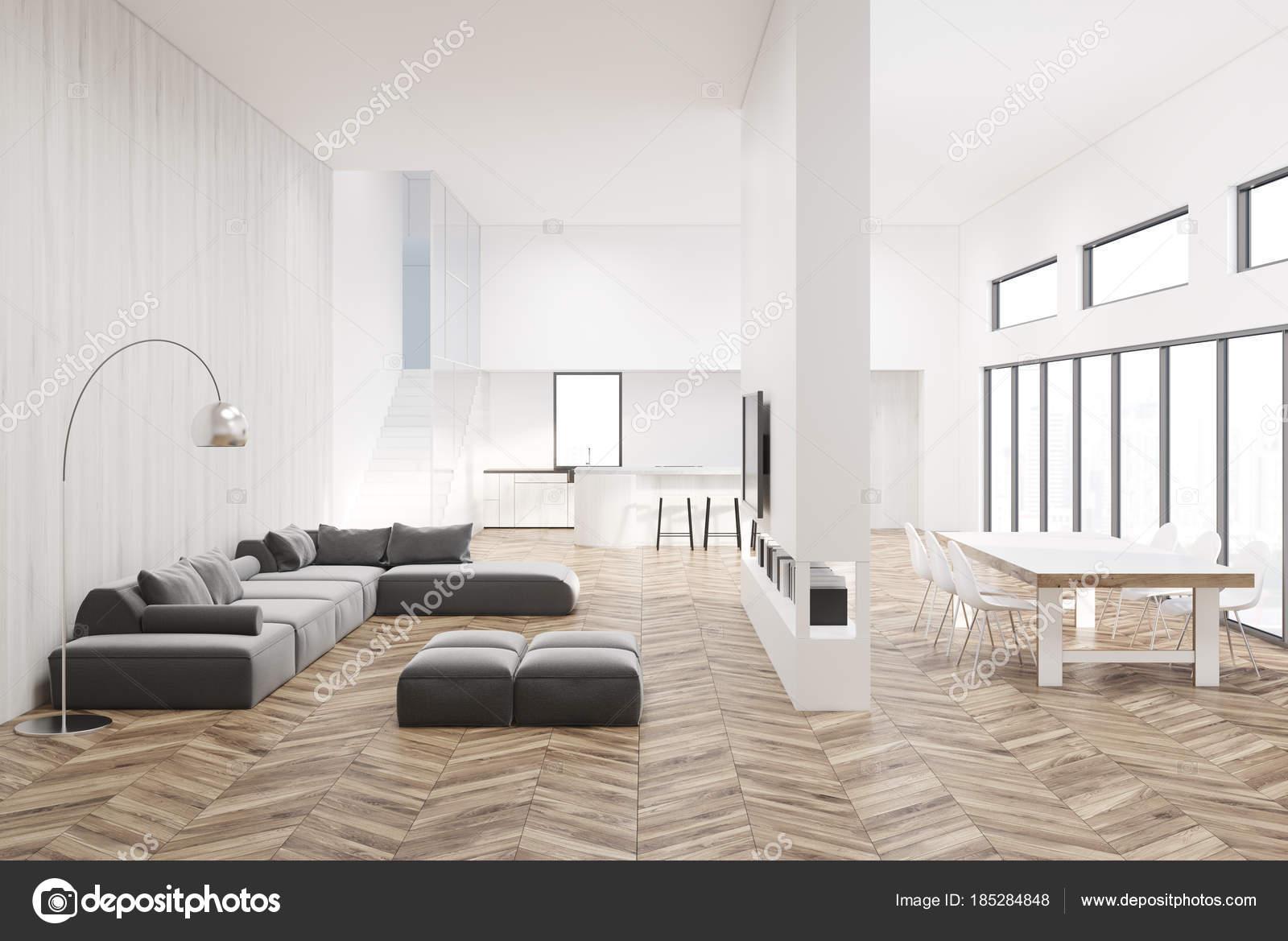 Wit woonkamer met een houten vloer u stockfoto denisismagilov