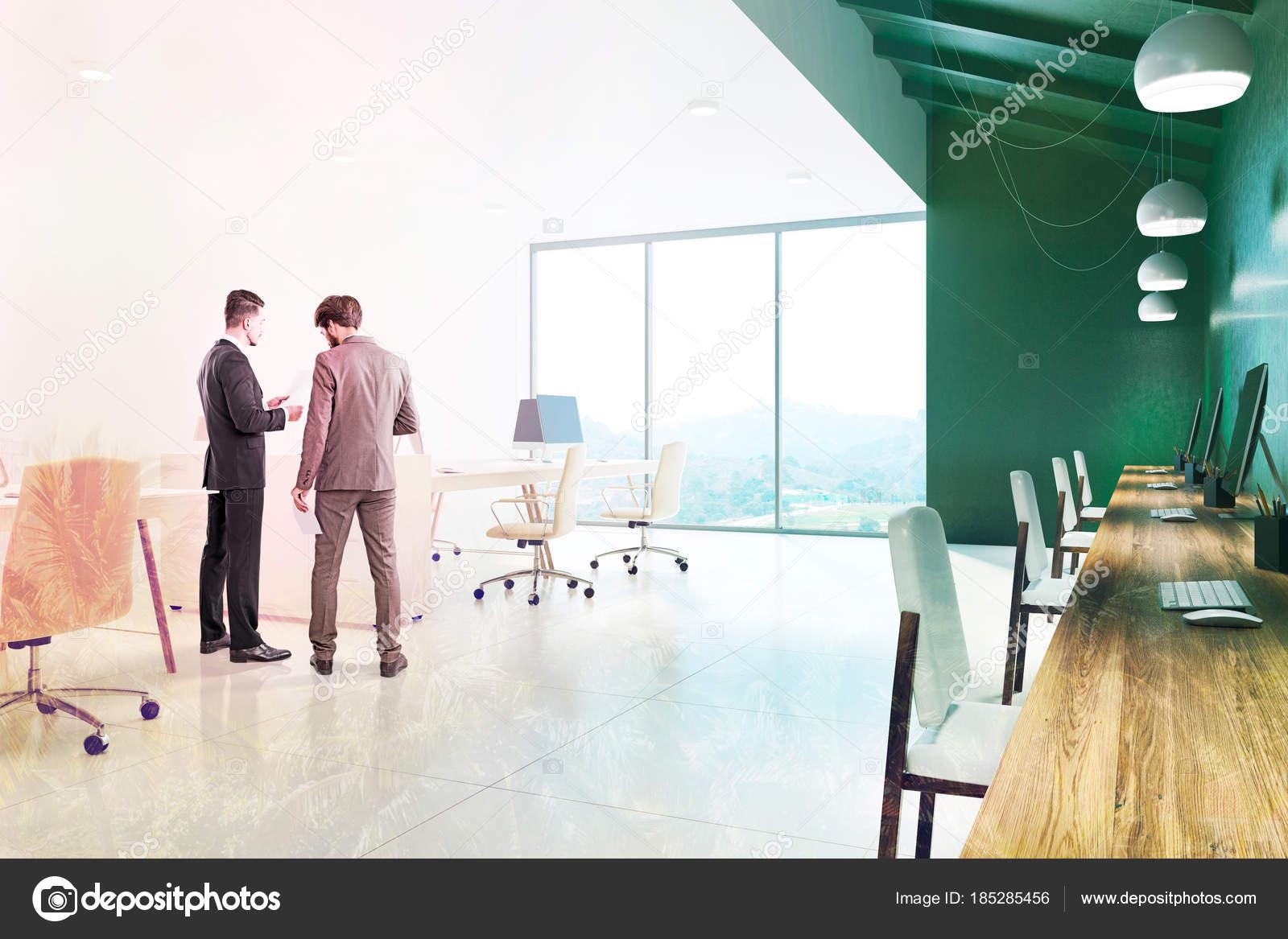 Parete Verde Ufficio : Parete verde ufficio interni gli uomini daffari u2014 foto stock