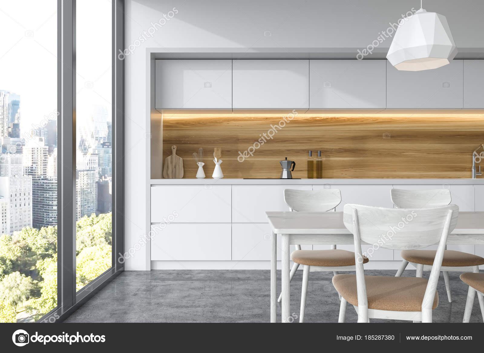 Tavolo Cucina Bianco Legno.Tavolo Bianco In Legno In Una Cucina Bianca Foto Stock