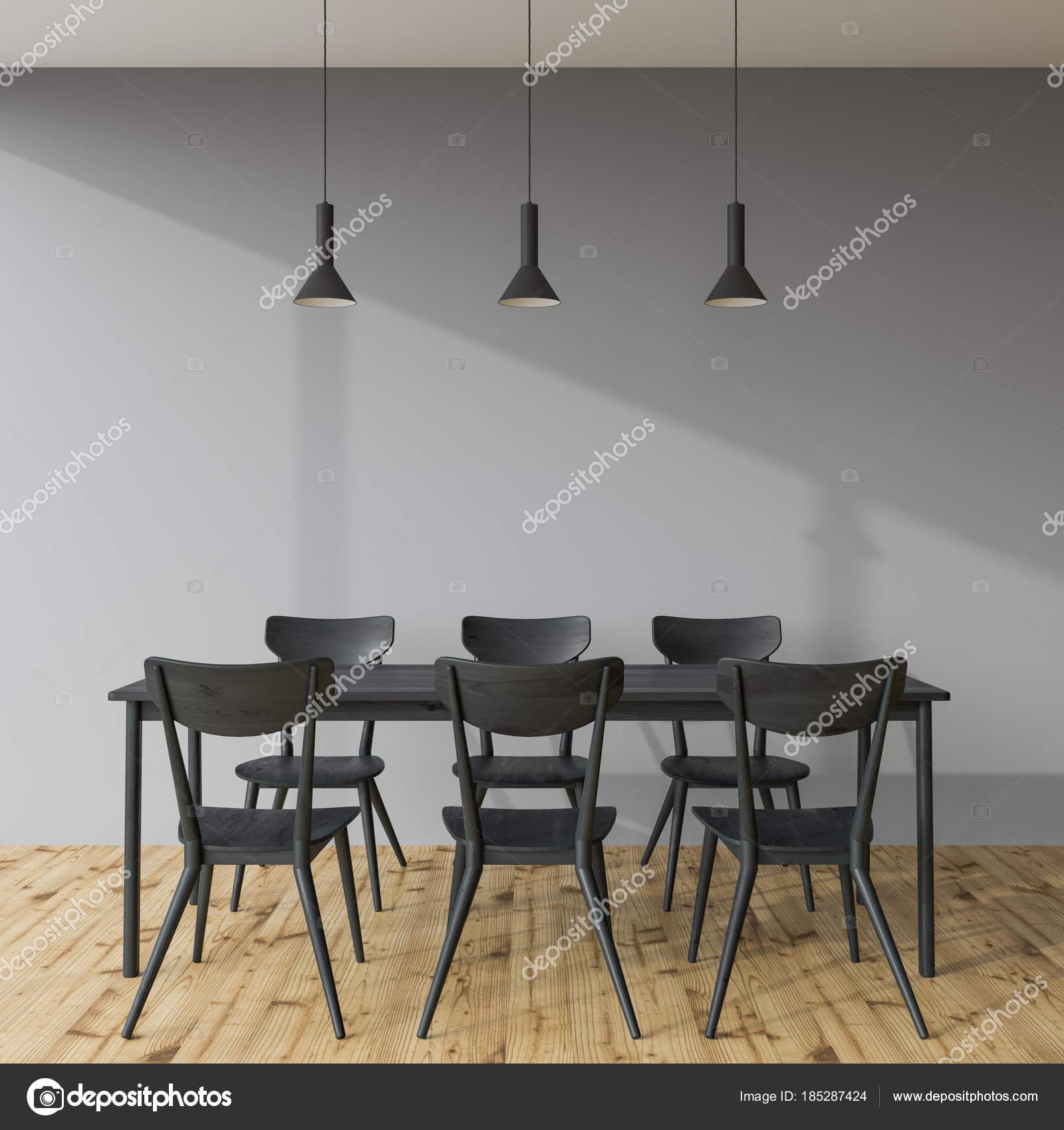 Table à manger gris foncé dans une salle grise — Photographie ...