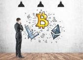 Fotografie Nachdenklicher Mann Kryptowährung, Bitcoin zu betrachten