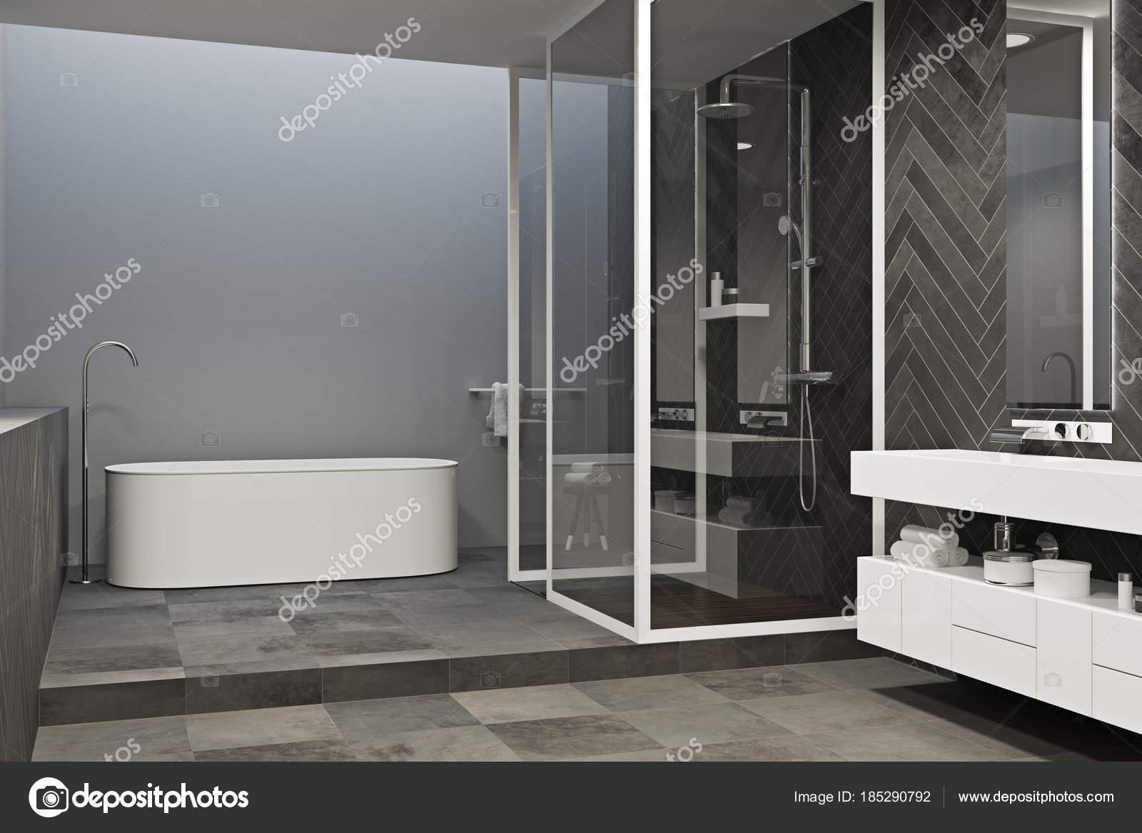 Hoek van een grijze badkamer met betegelde vloer u stockfoto