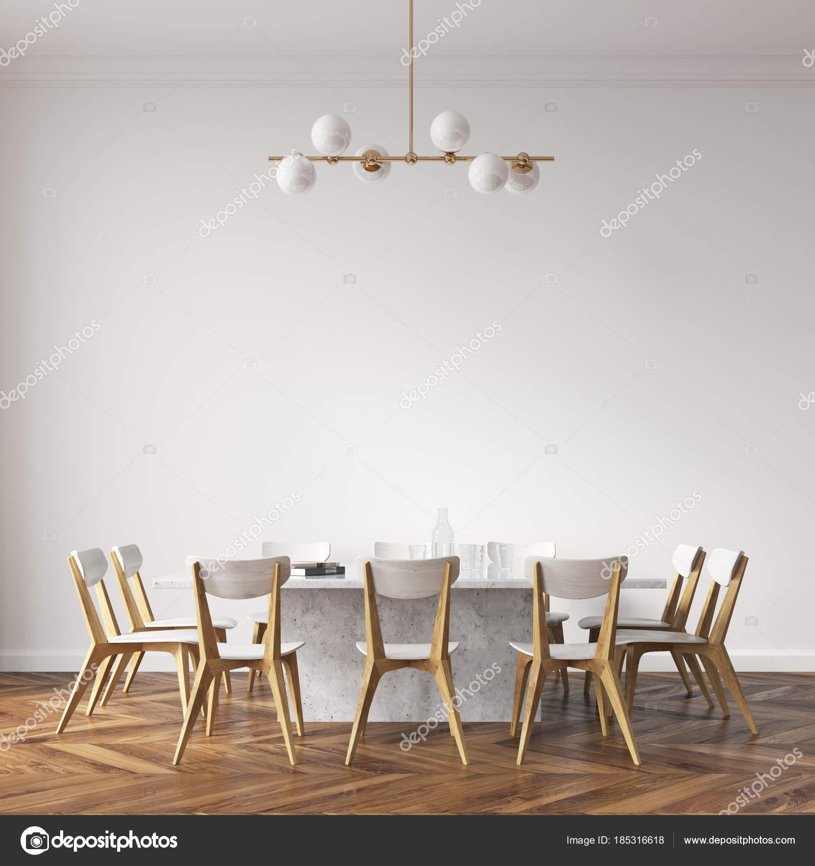Tavolo da pranzo bianco con sedie design — Foto Stock ...