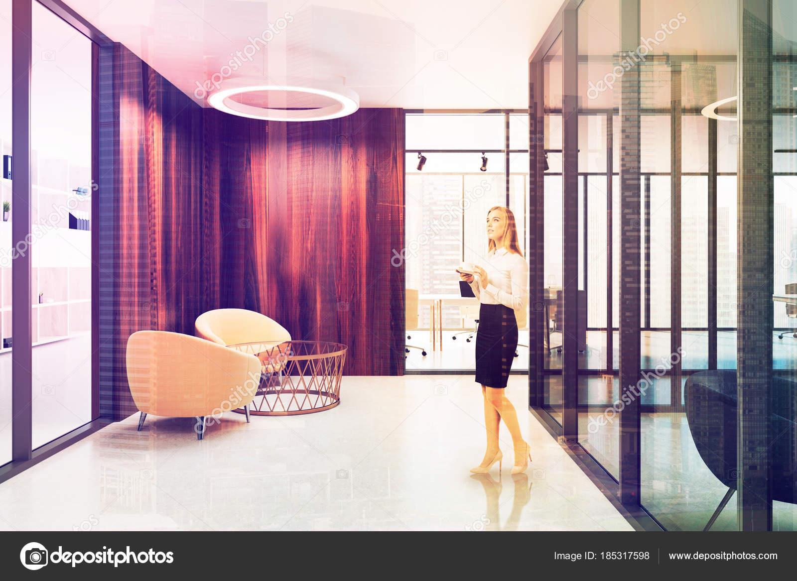 Poltrone Ingresso Ufficio : Ingresso dell ufficio in legno poltrone tonica u foto stock