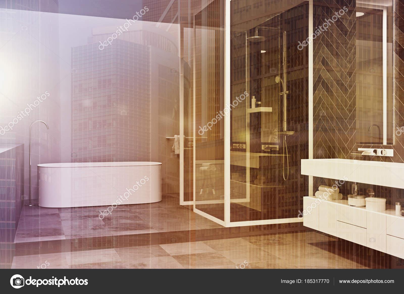 Hoek van een grijze badkamer met betegelde vloer toned u stockfoto