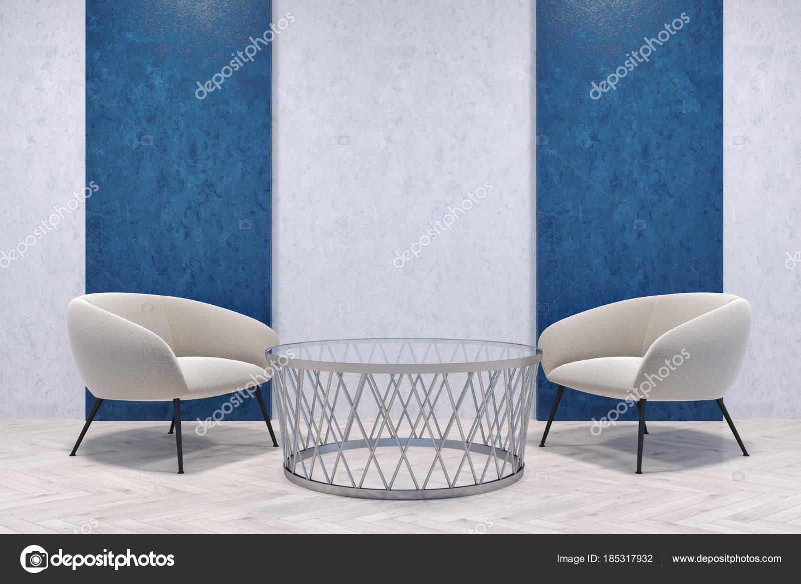 Fauteuils blancs dans une chambre bleue et grise ...