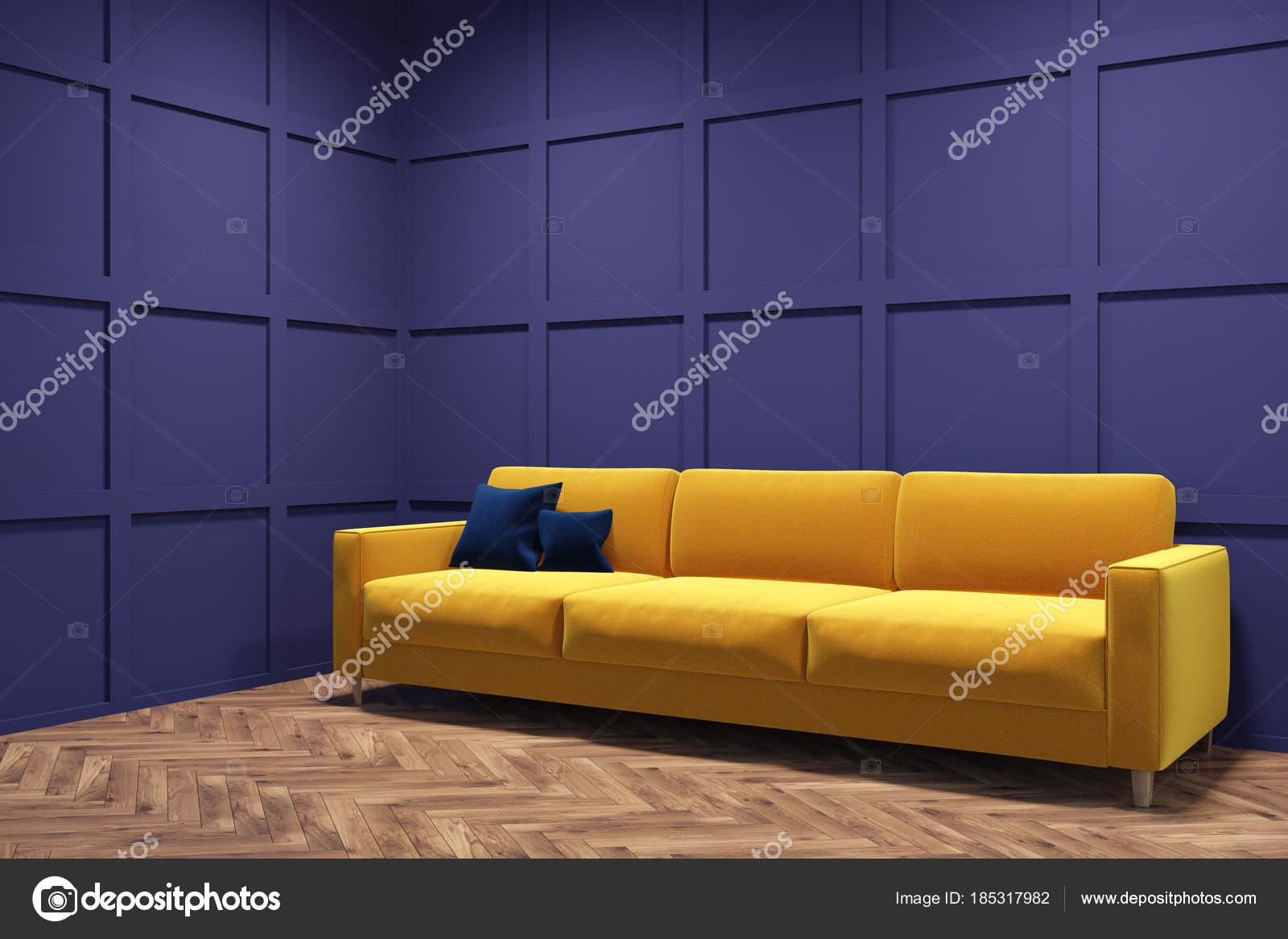 Pareti Viola E Giallo : Divano giallo in un angolo della stanza viola u foto stock