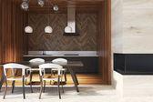 Tmavý dřevěný stůl v dřevěné kuchyně