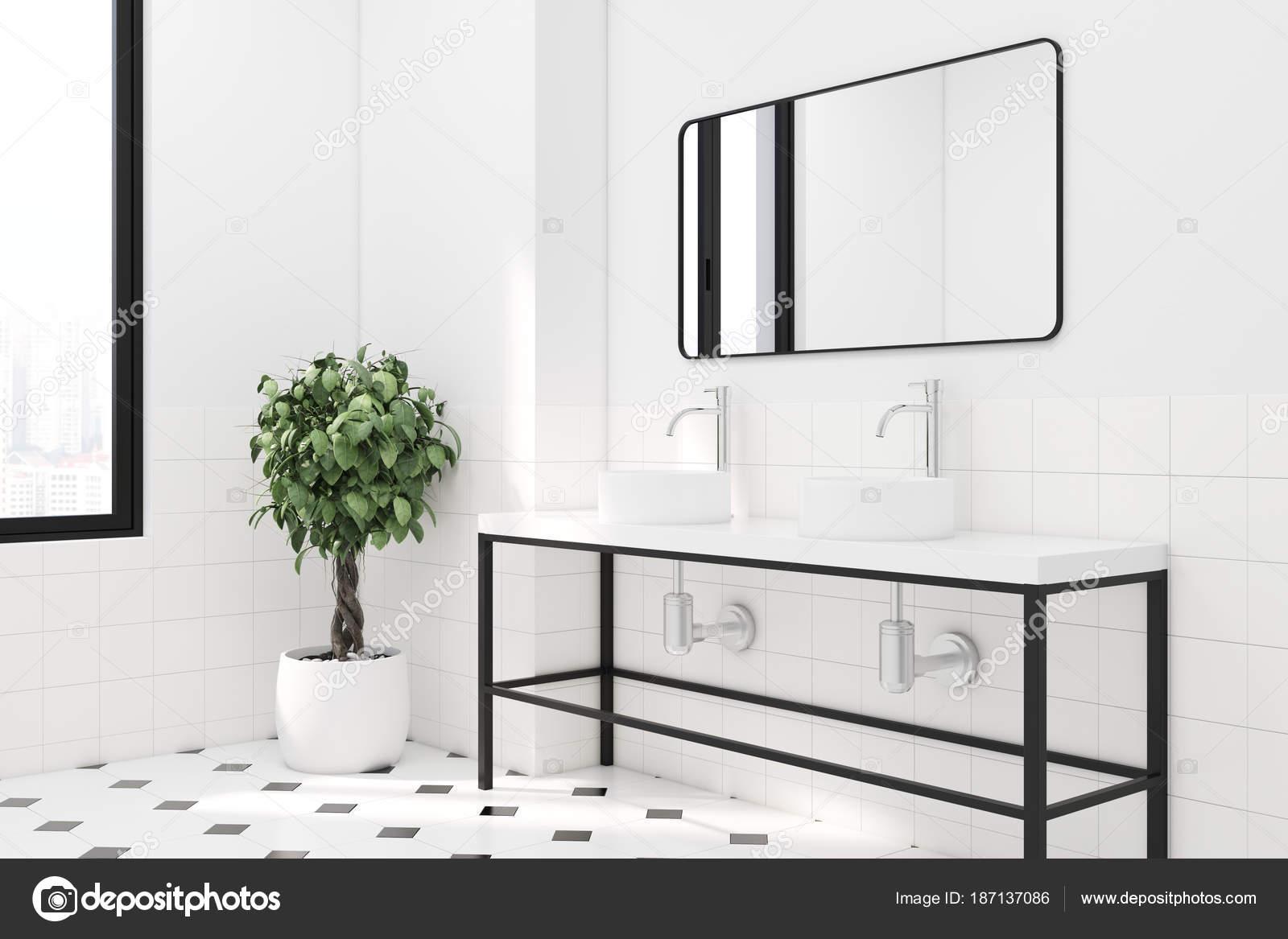 Rechthoekige Witte Wastafel : Wit betegelde badkamer dubbele wastafel zijaanzicht u stockfoto