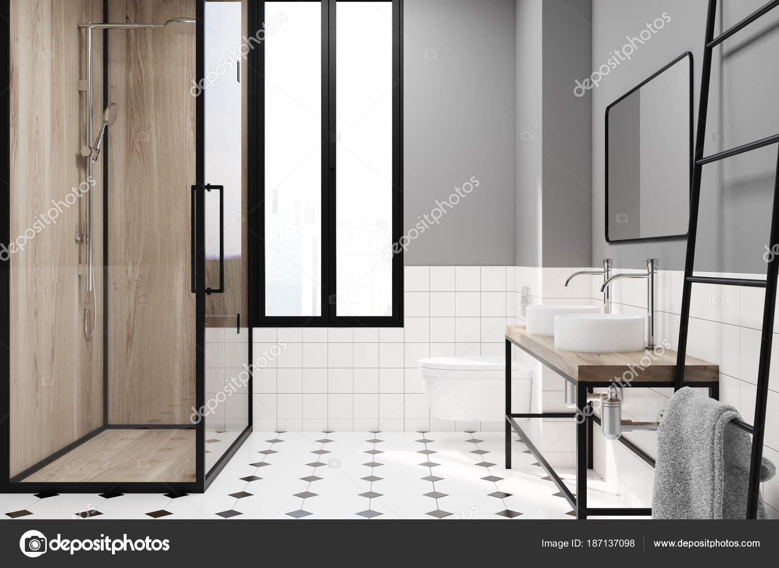 Modernes Grau Badezimmer Deko Idee. Ein Schwarz Weiß Gefliesten Boden, Ein  Schmales Fenster, Eine Hölzerne Dusche, Zwei Waschbecken Und Eine Leiter.