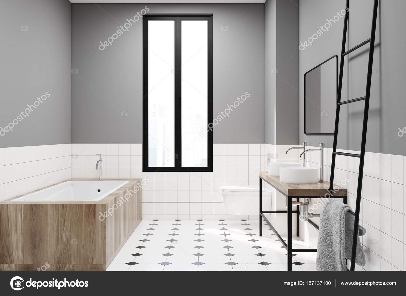 Modernes Grau Badezimmer Deko Idee. Ein Schwarz Weiß Gefliesten Boden, Ein  Schmales Fenster, Einer Hölzernen Wanne, Zwei Waschbecken Und Eine Leiter.