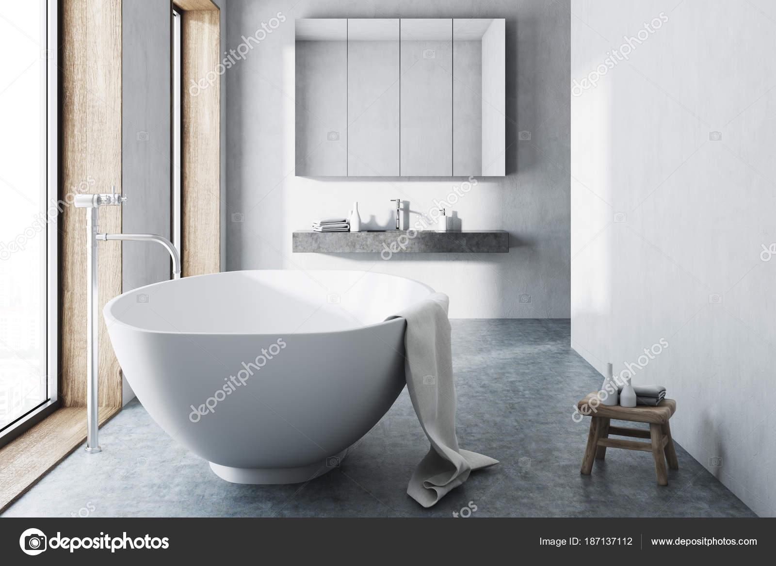 Vasca Da Bagno In Cemento : Vasca da bagno bianco bianco pavimento in cemento u foto stock
