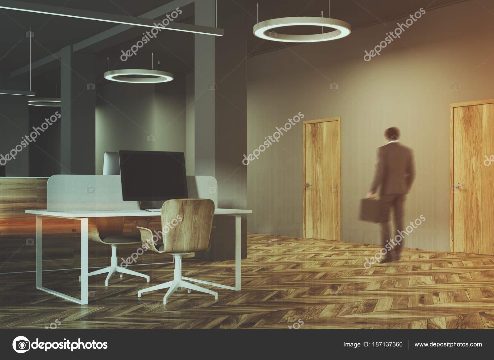 Intérieur de bureau sombre et en bois homme u photographie