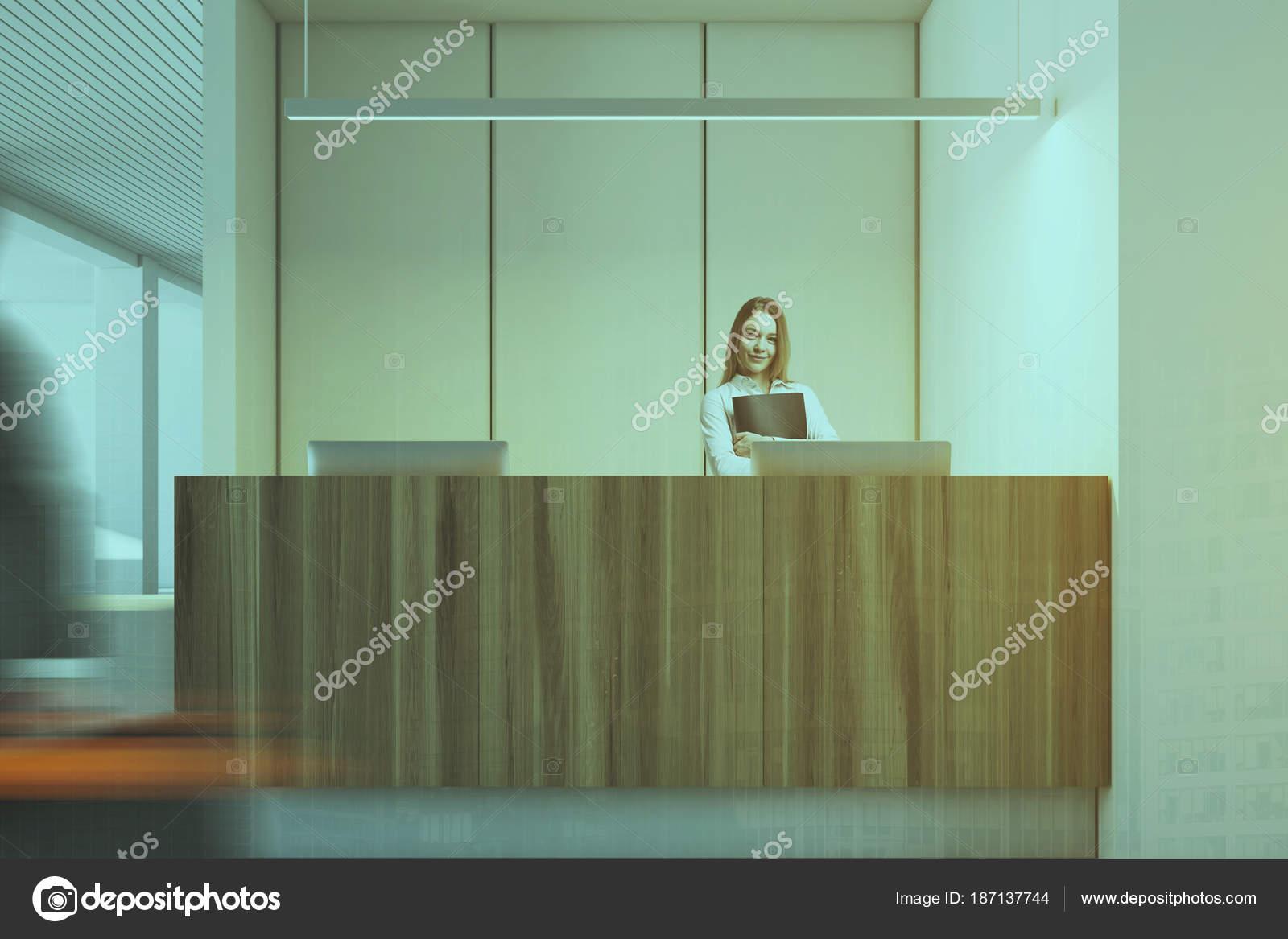 Ufficio Bianco E Legno : Ufficio bianco e legno interno reception donna u foto stock
