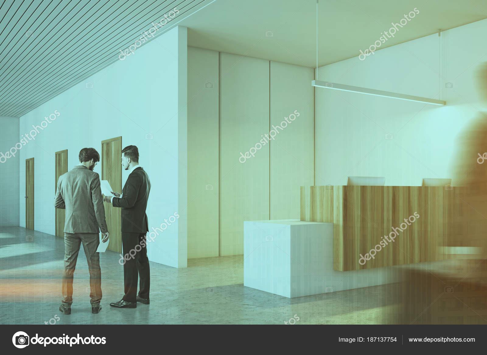 Ufficio Bianco E Legno : Ufficio bianco e legno persone di fianco alla reception u foto