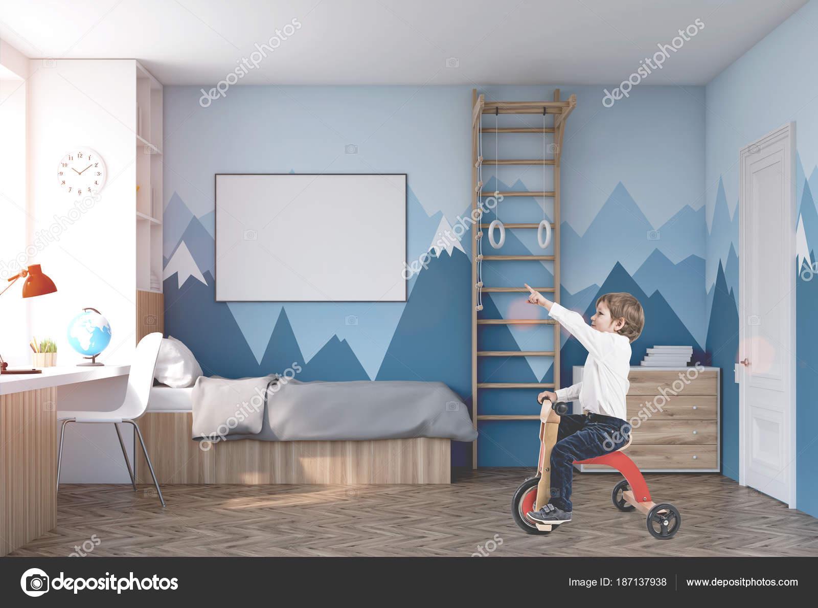 Leuke jongen op een driewieler in zijn kamer u stockfoto