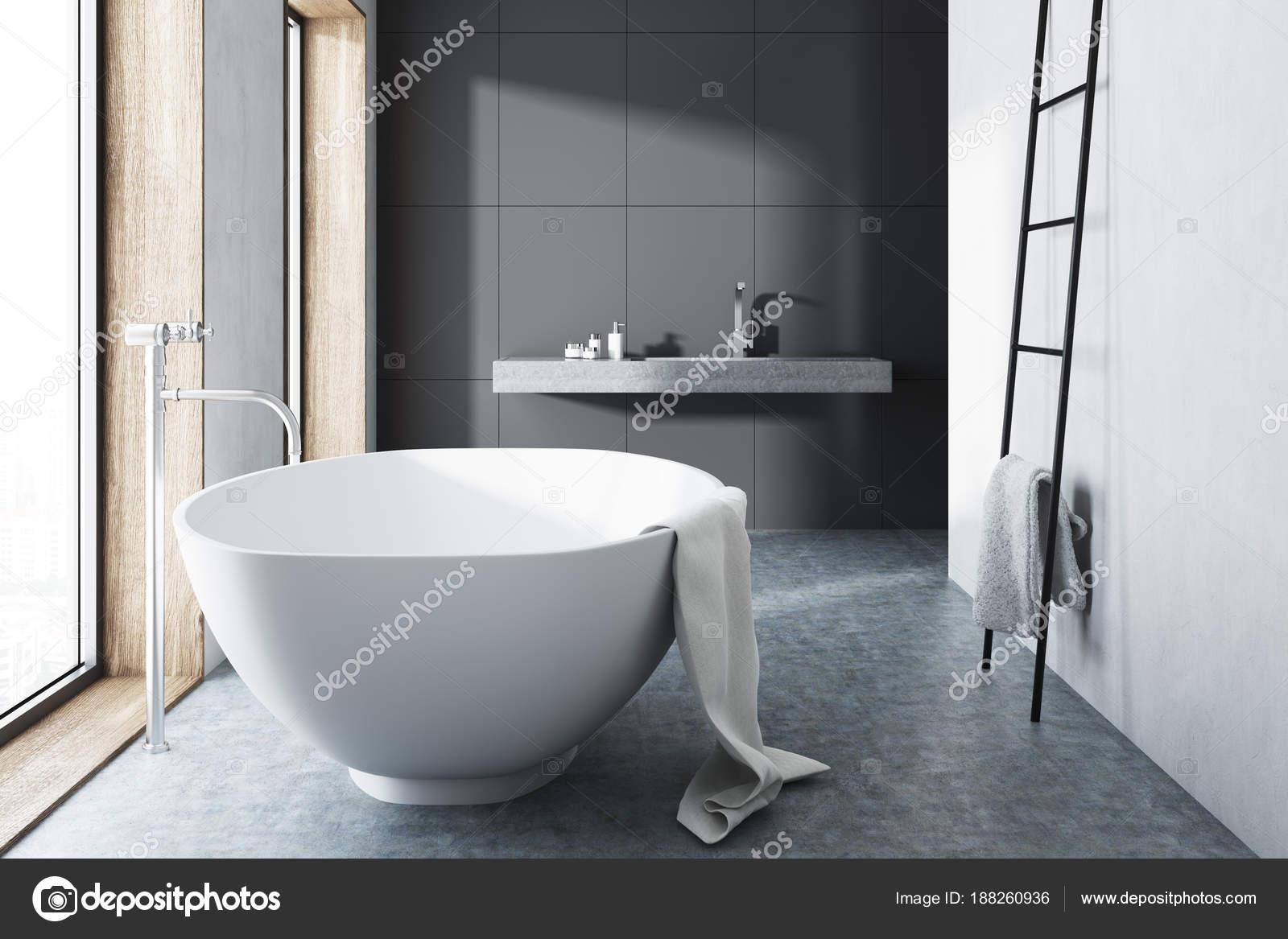 Grijze badkamer witte tub ladder betonnen vloer u stockfoto