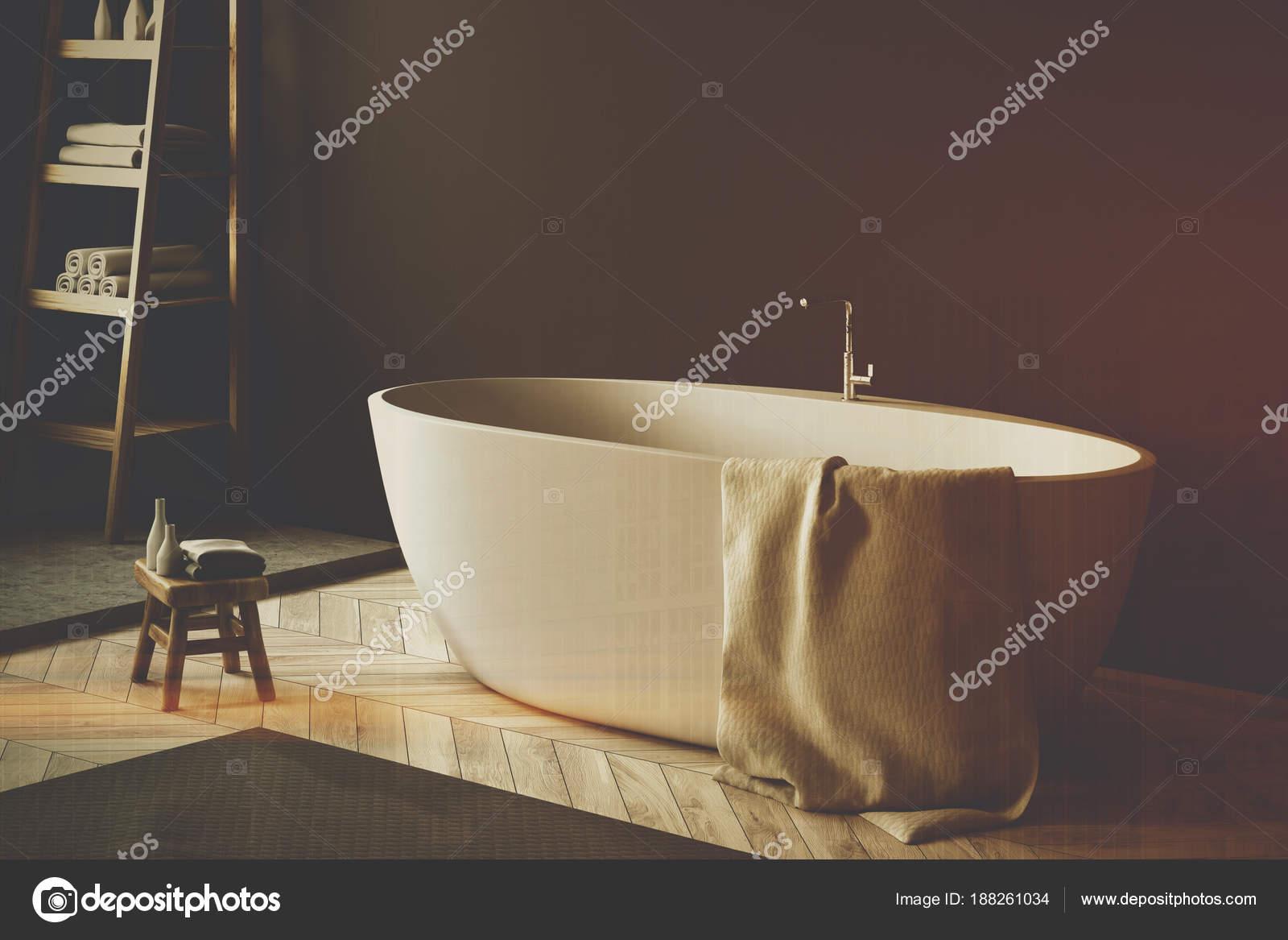 Vasca Da Bagno Rustica : Vasca da bagno bianca in un angolo del bagno nero tonico u foto