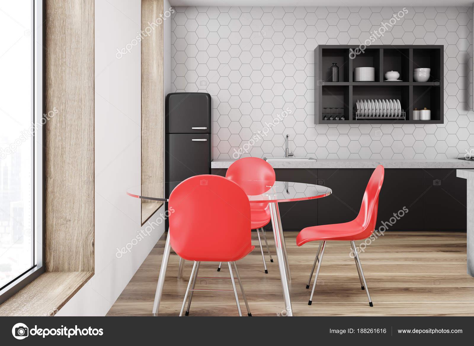 Sedie Rosse Da Cucina : Parete bianca interni della cucina sedia rossa u foto stock