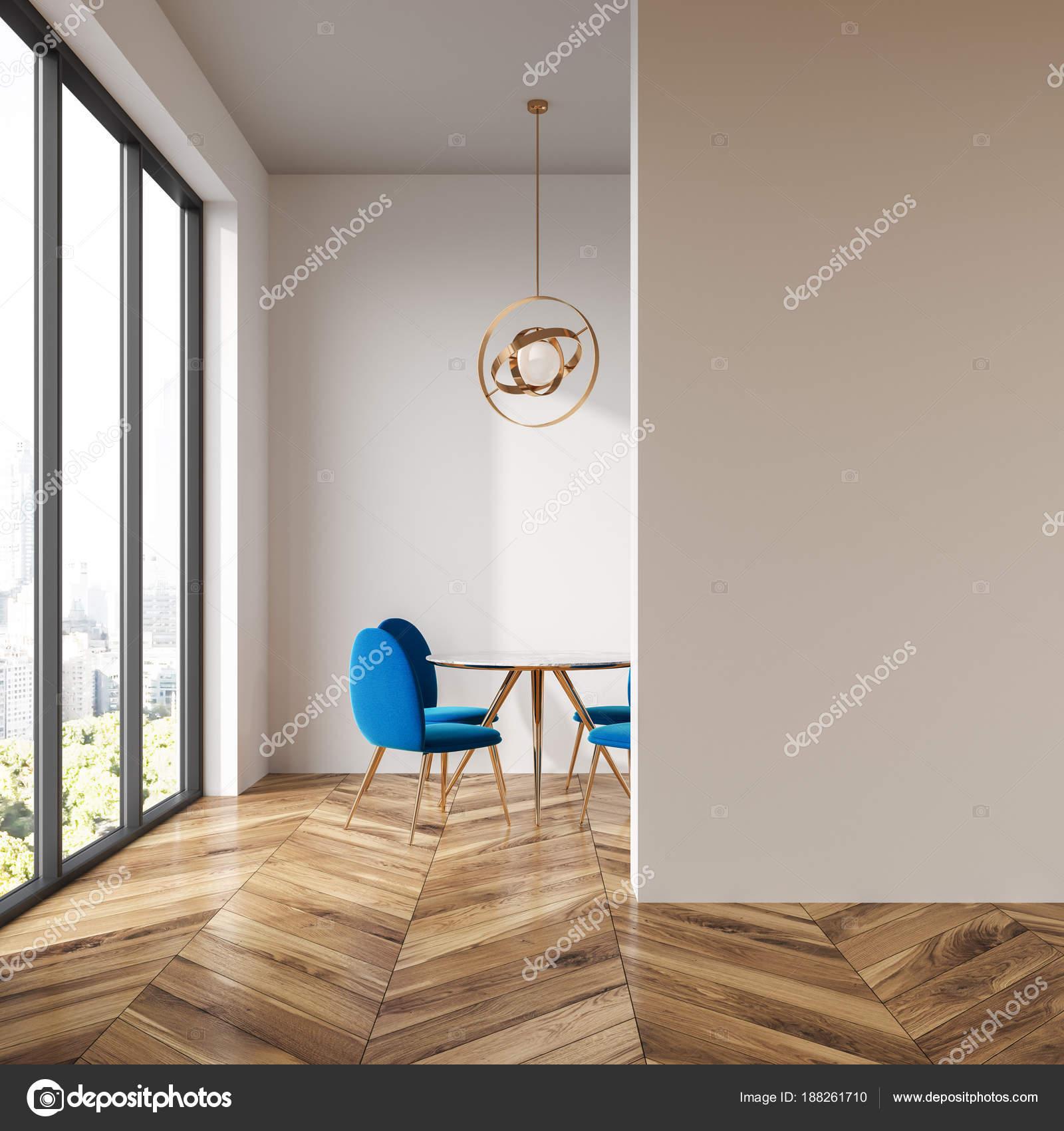 https://st3.depositphotos.com/2673929/18826/i/1600/depositphotos_188261710-stockafbeelding-witte-blauwe-stoelen-eetkamer-muur.jpg