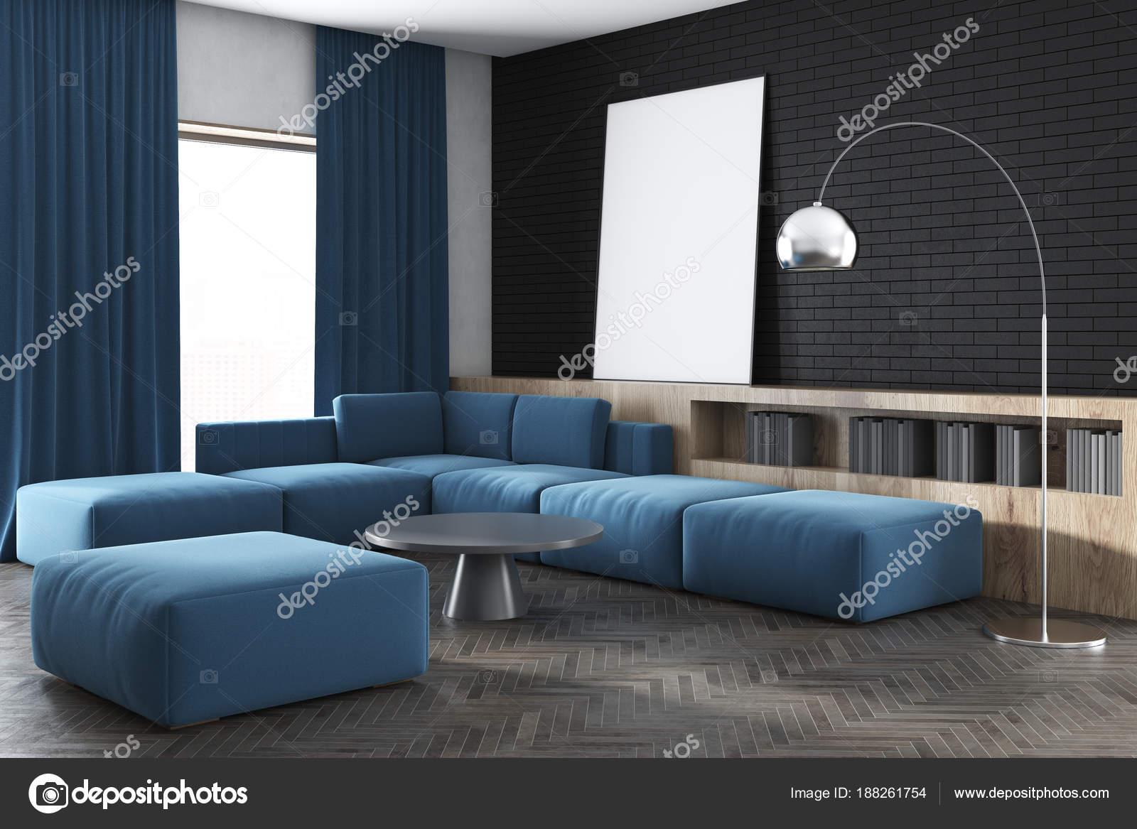 Zwarte muur woonkamer, blauwe sofa, poster, kant — Stockfoto ...