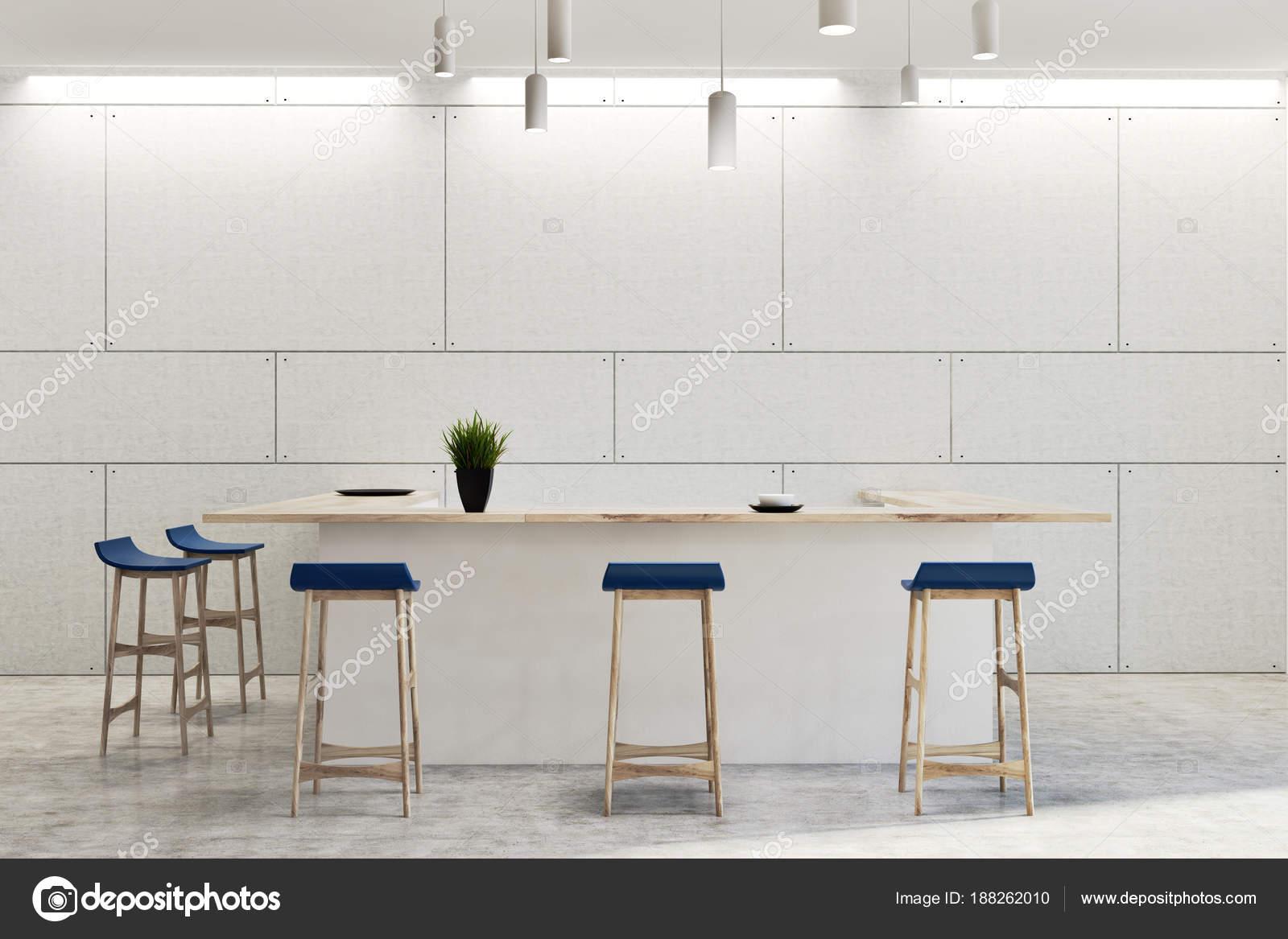 Bar sgabelli interni blu bianco moderno u foto stock