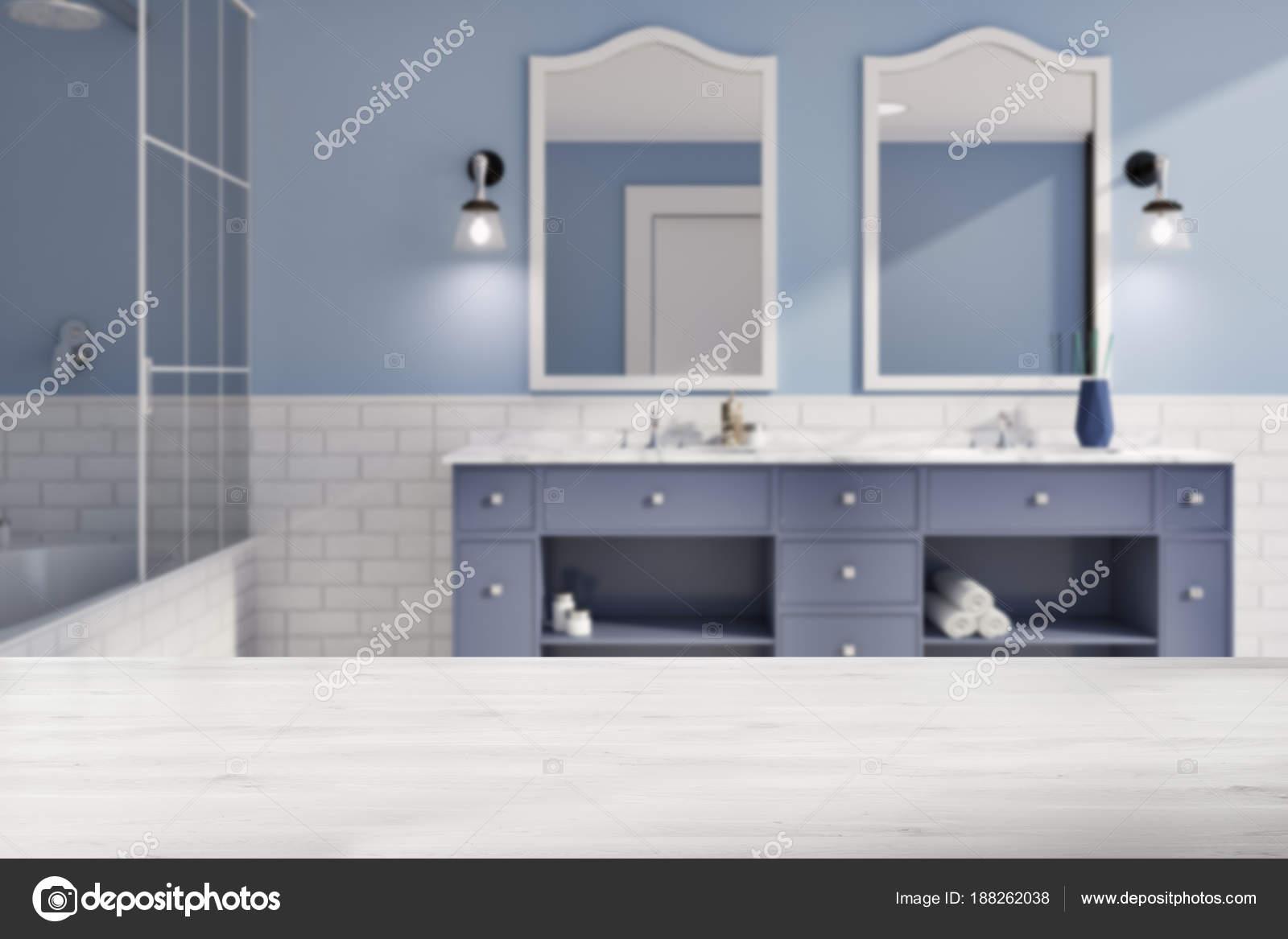 Salle de bain bleu et brique mur flou — Photographie ...