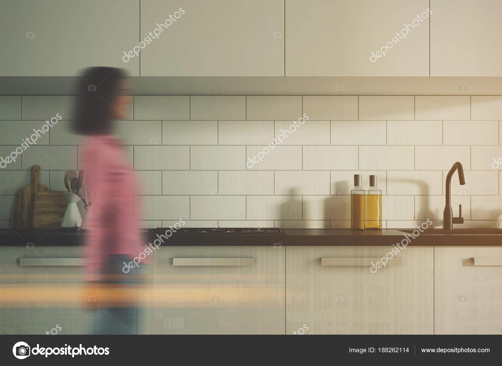 Weiße Ziegel Küche Interieur, verwischen weiße Theken — Stockfoto ...