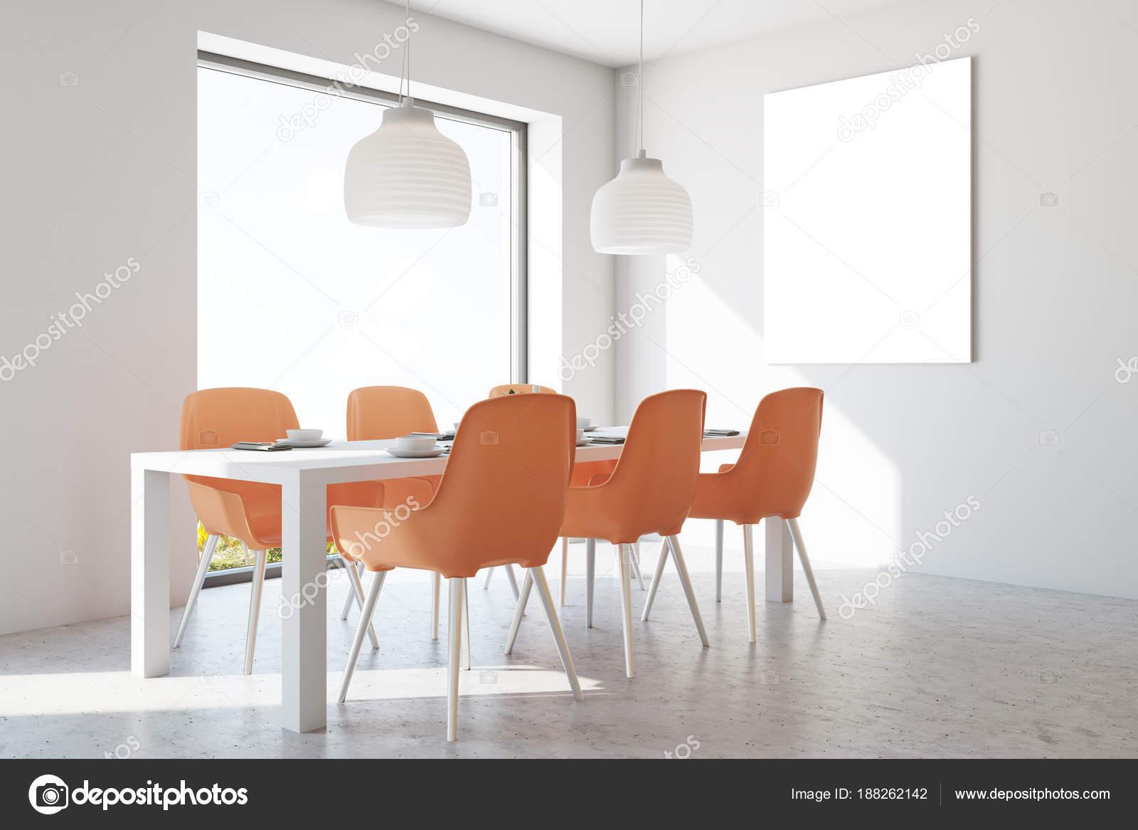 intrieur de salle manger mur blanc avec un plancher de bton une table en bois et chaises orange une affiche rendu 3d maquette image de