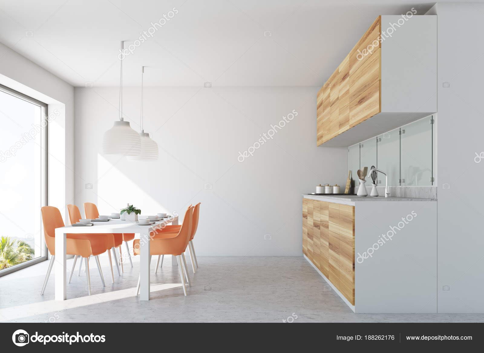 Eetkamer Kamer Stoelen.Witte Eetkamer Kamer En Keuken Oranje Stoelen Stockfoto