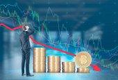Fotografie Zmatený podnikatel, zadní pohled, bitcoin podzim