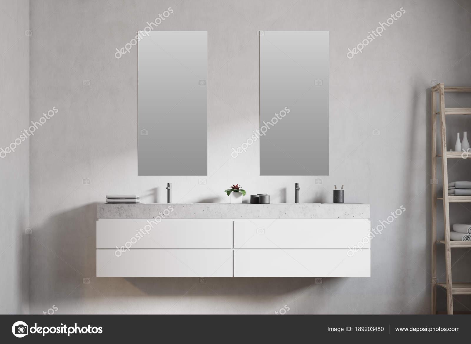 Lavandino del bagno doppio in marmo specchi verticali u2014 foto stock