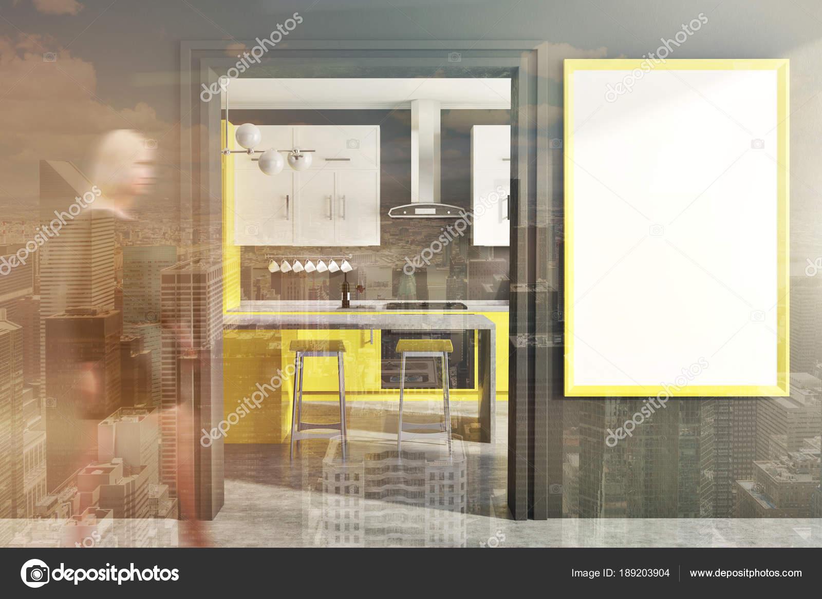 Graue Wand Küche Interieur Mit Gelben Und Weißen Zähler, Eine Bar Mit  Barhockern Und Einem Gerahmten Vertikale Poster An Der Wand. Eine Tür. Eine  Frau.