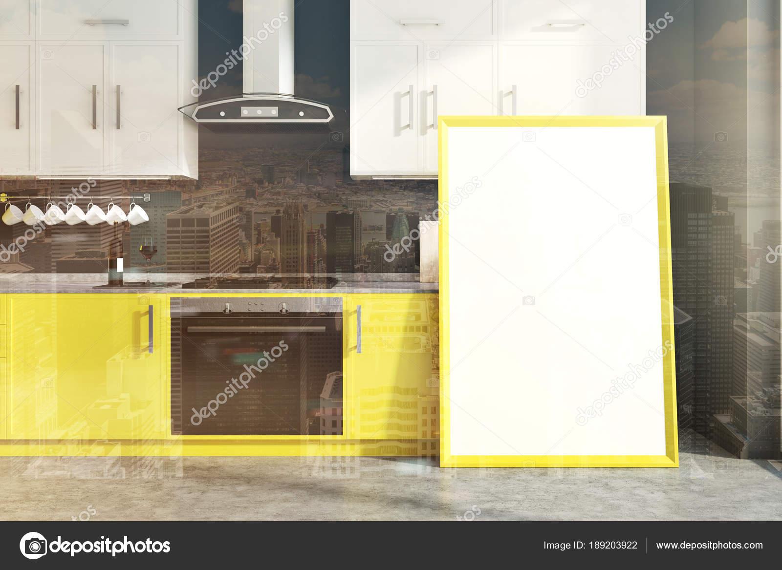 Graue Wand Küche Interieur Mit Gelben Und Weißen Zähler, Ein Schrank, Ein  Waschbecken Und Ein Herd. Ein Gerahmtes Vertikale Poster Auf Dem Boden.