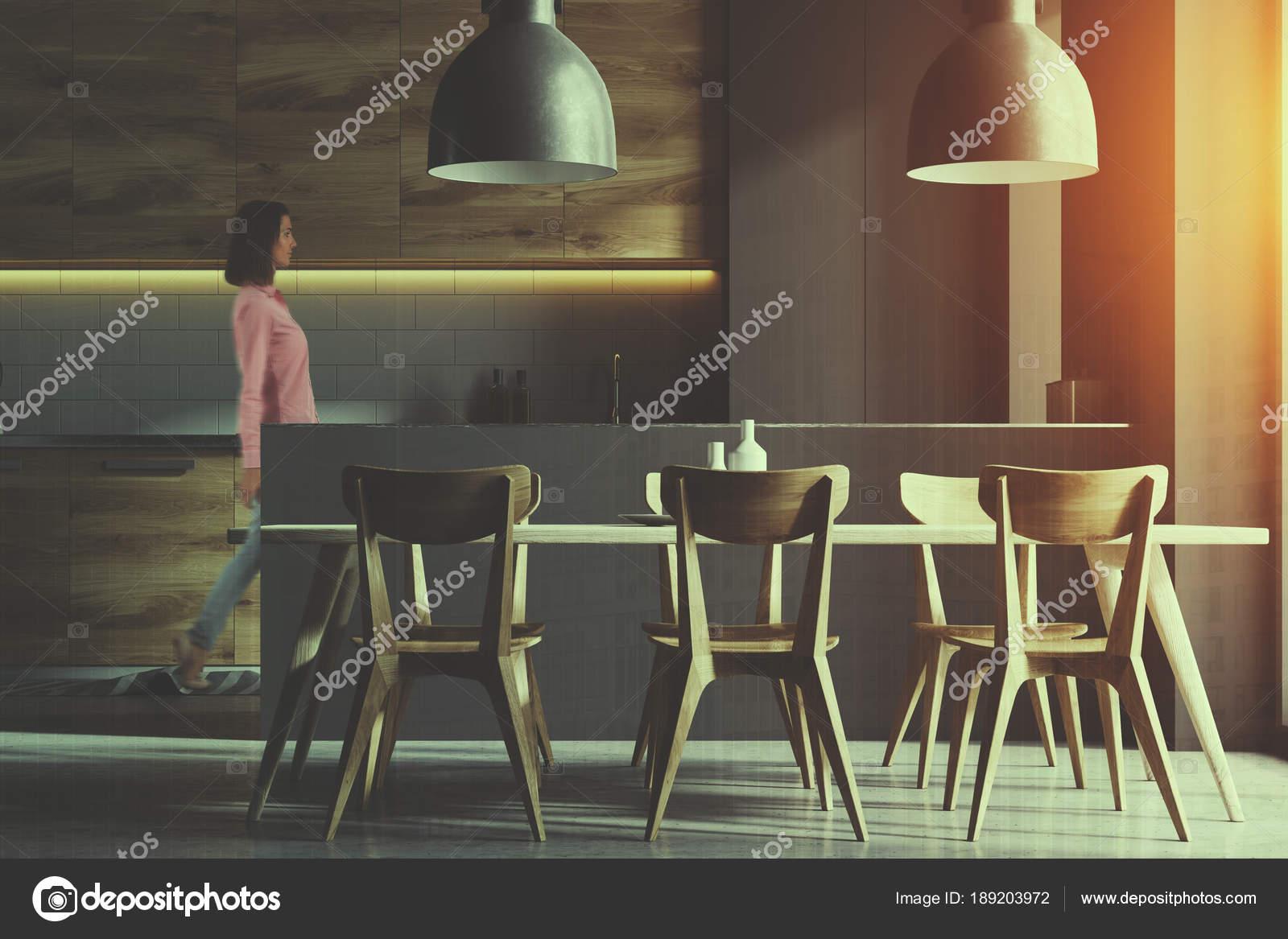 Moderne Küche Interieur Mit Grauen Und Weißen Backstein Mauern, Einen  Betonboden Und Grau Und Holz Arbeitsplatten. Ein Langer Tisch Mit Stühlen  In Der Nähe ...