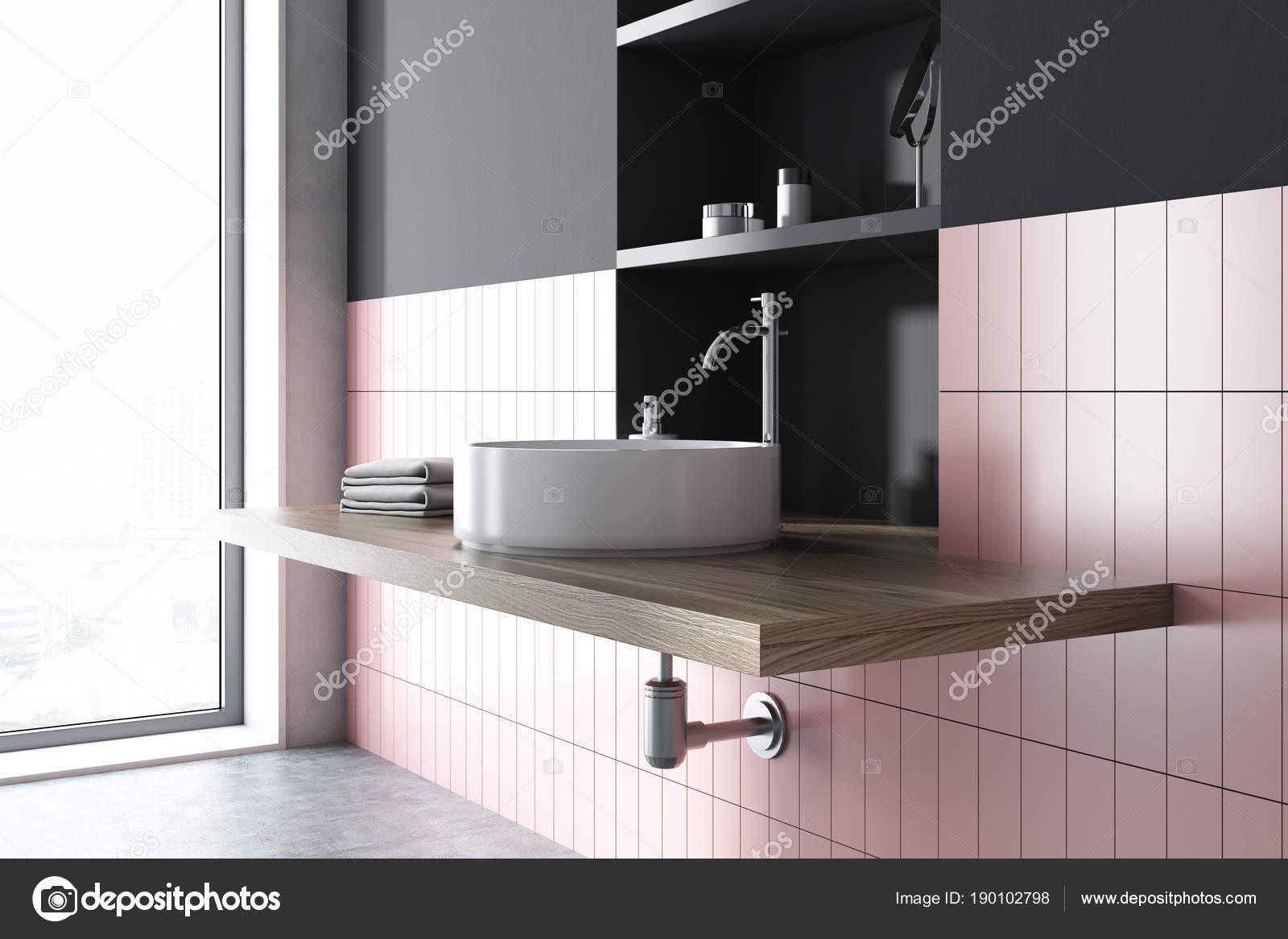 Couler dans un décor de salle de bain rose et gris — Photographie ...