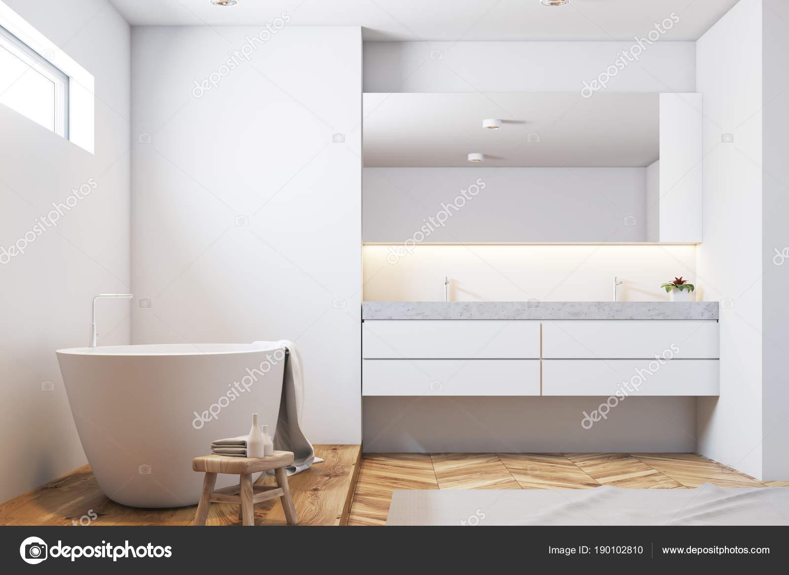 Weiße Fliesen Badezimmer Interieur, weiße Wanne closeup — Stockfoto ...
