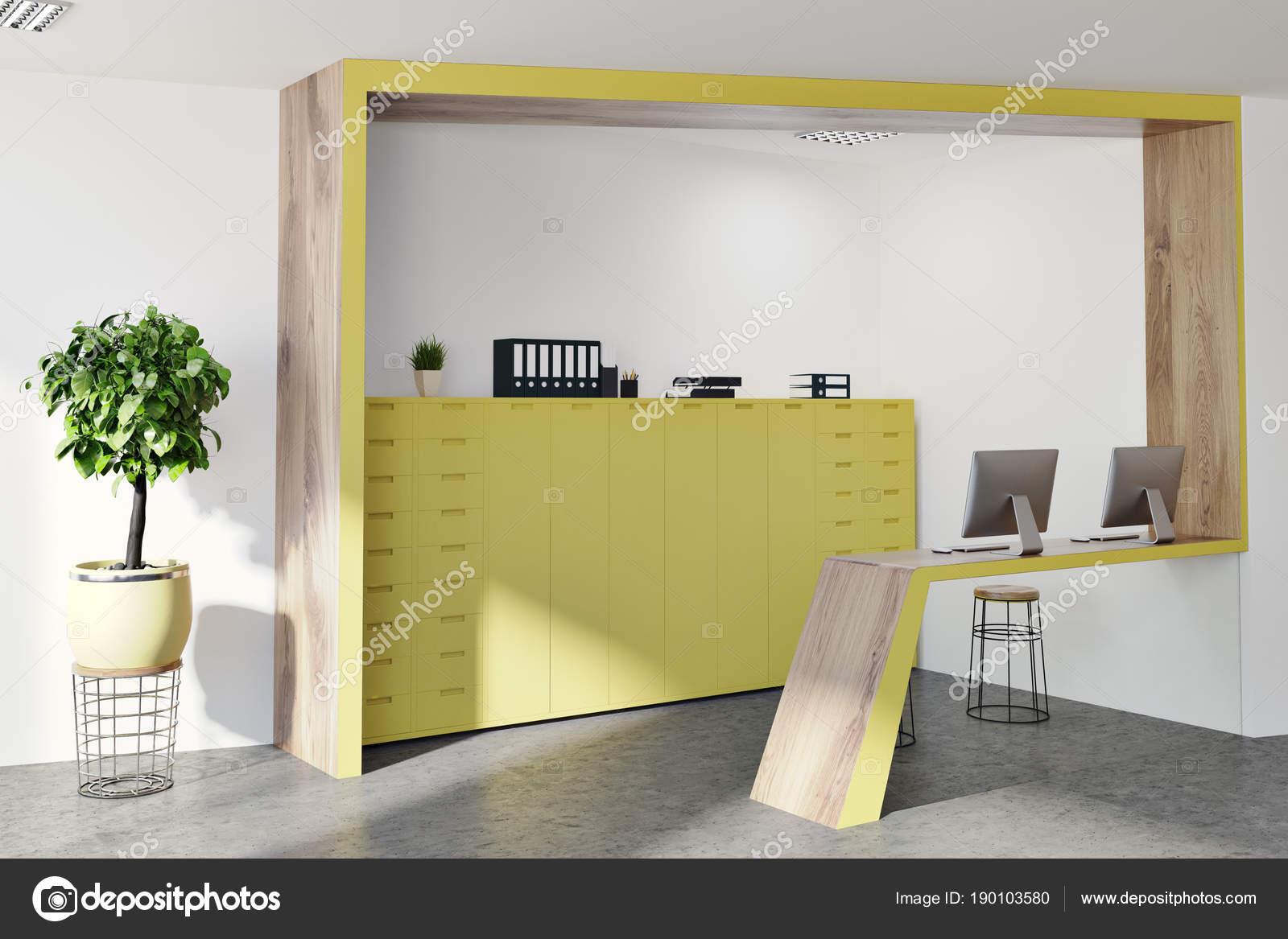 Angle de réception bureau jaune et en bois u2014 photographie