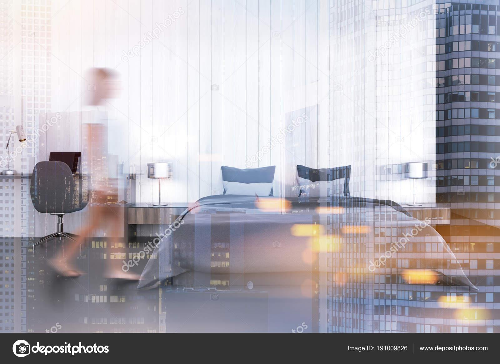 Femme dans une chambre blanche avec un bureau d ordinateur