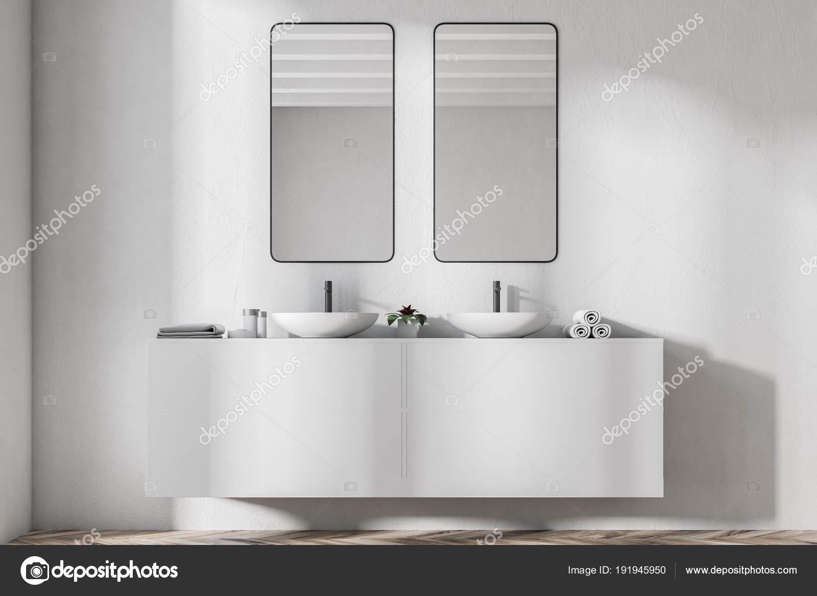 Dubbele badkamer wastafel, verticale spiegels — Stockfoto ...