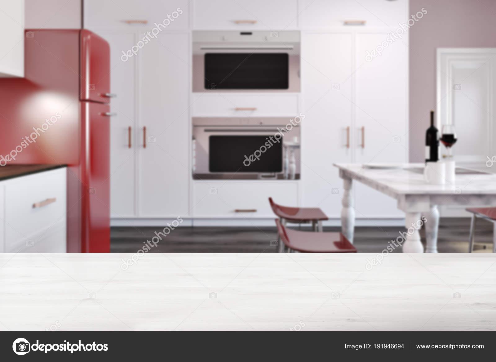 Cucina di lusso con tavolo in marmo, frigorifero rosso mosso — Foto ...