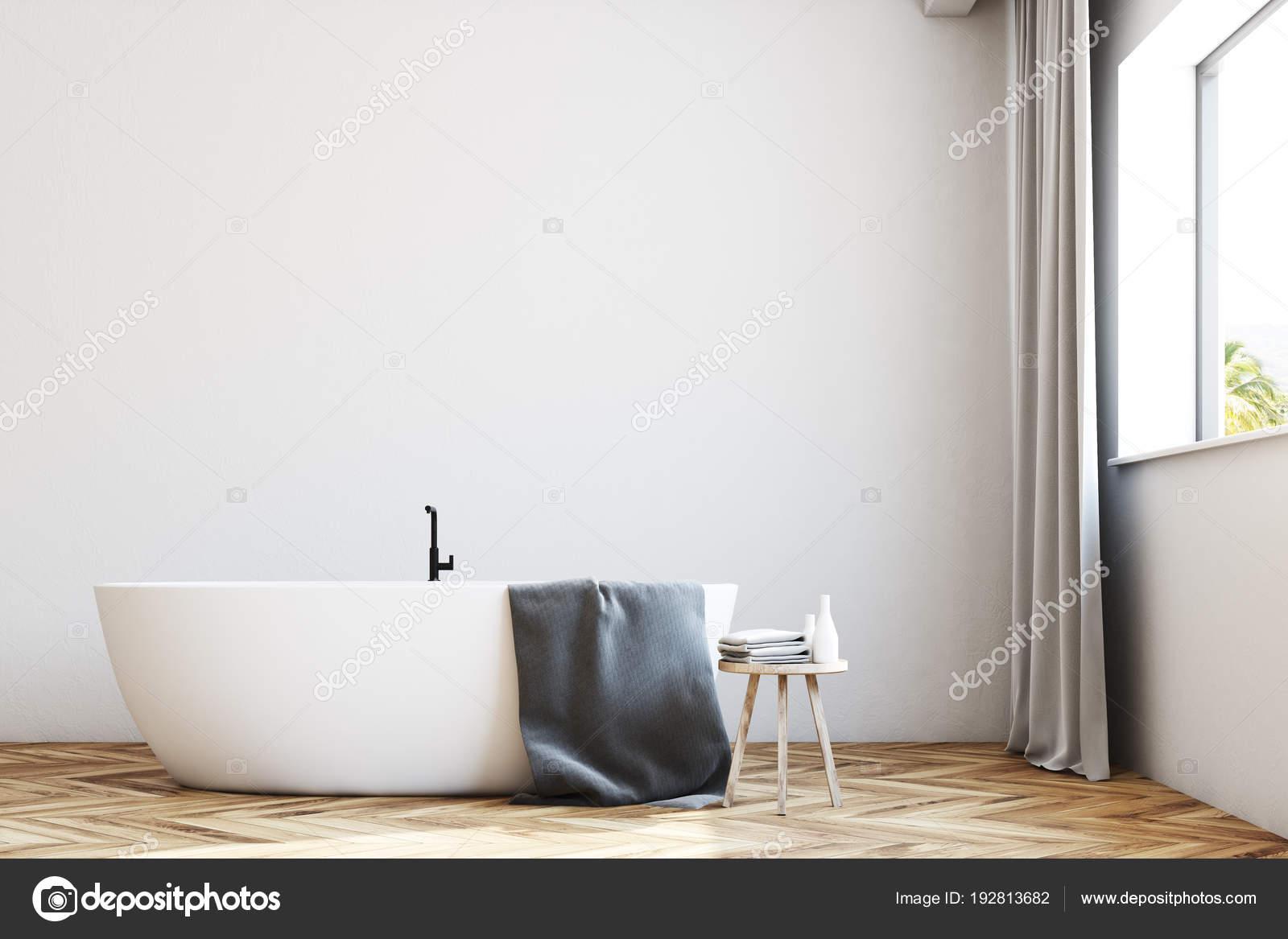 witte badkamer met gordijnen dicht omhoog vooraanzicht stockfoto