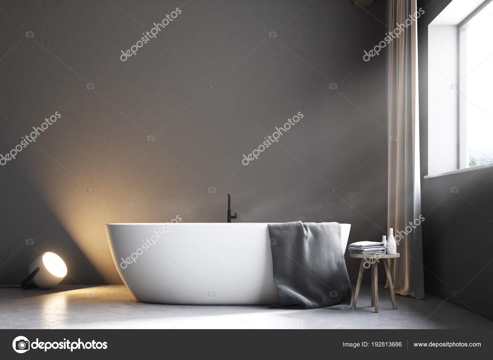 grijze badkamer met gordijnen dicht omhoog vooraanzicht stockfoto
